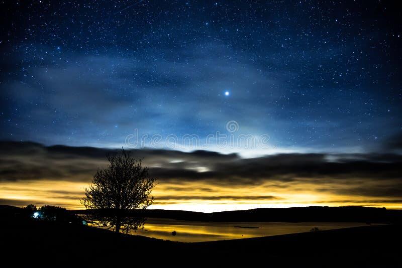 Puesta del sol y estrellas sobre el depósito de Llyn Brenig situado en País de Gales fotos de archivo libres de regalías