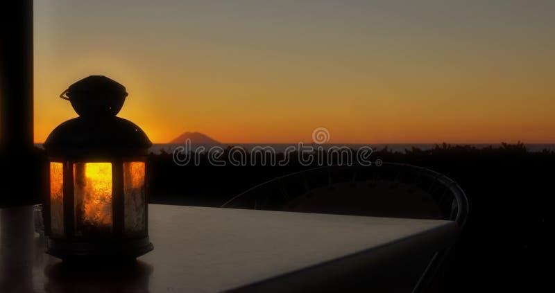 Puesta del sol y lámpara imagenes de archivo