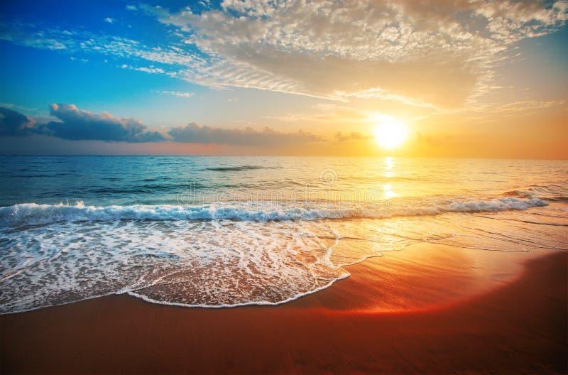 Puesta del sol y mar imagen de archivo