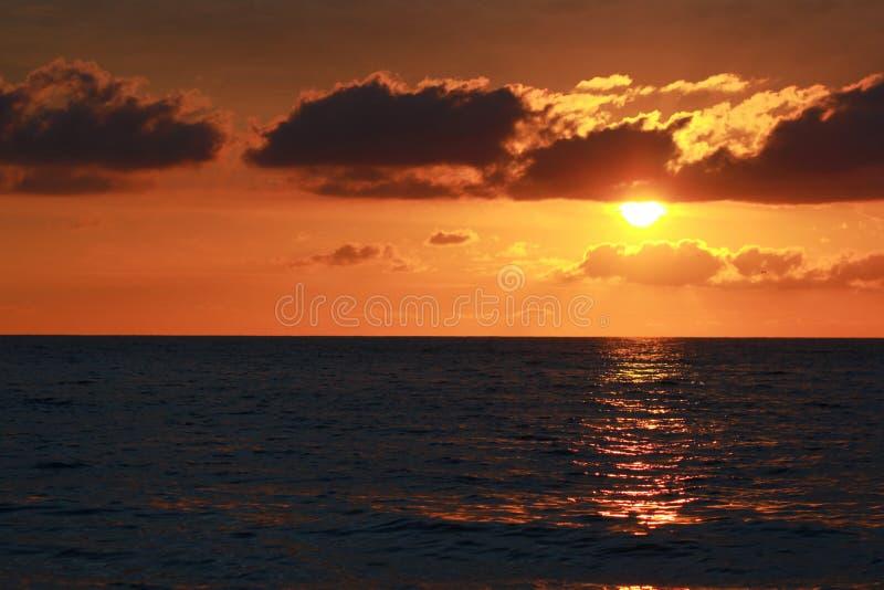 Puesta del sol y mar fotografía de archivo
