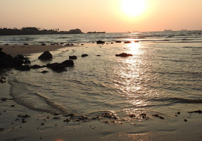 Puesta del sol y mar, playa de Redi imagen de archivo