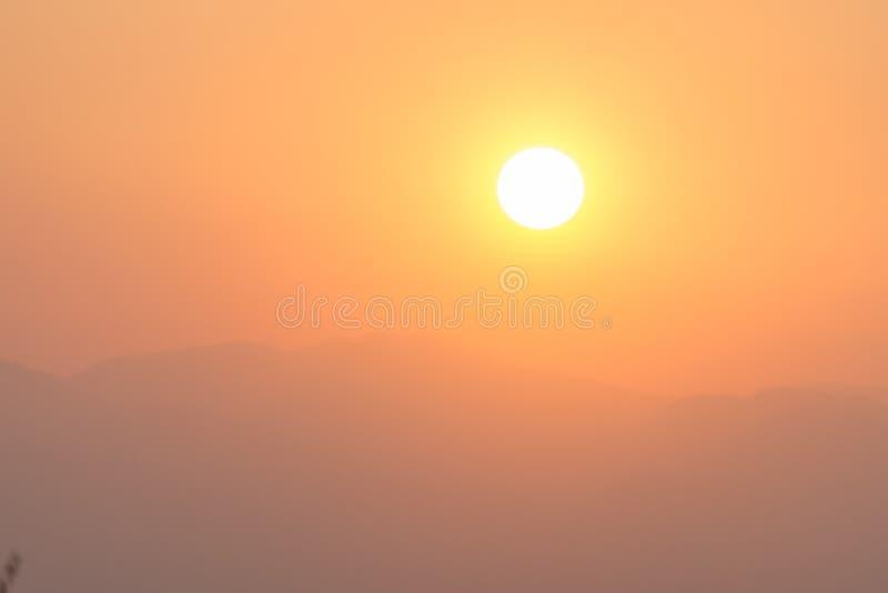 Puesta del sol y montañas fotos de archivo