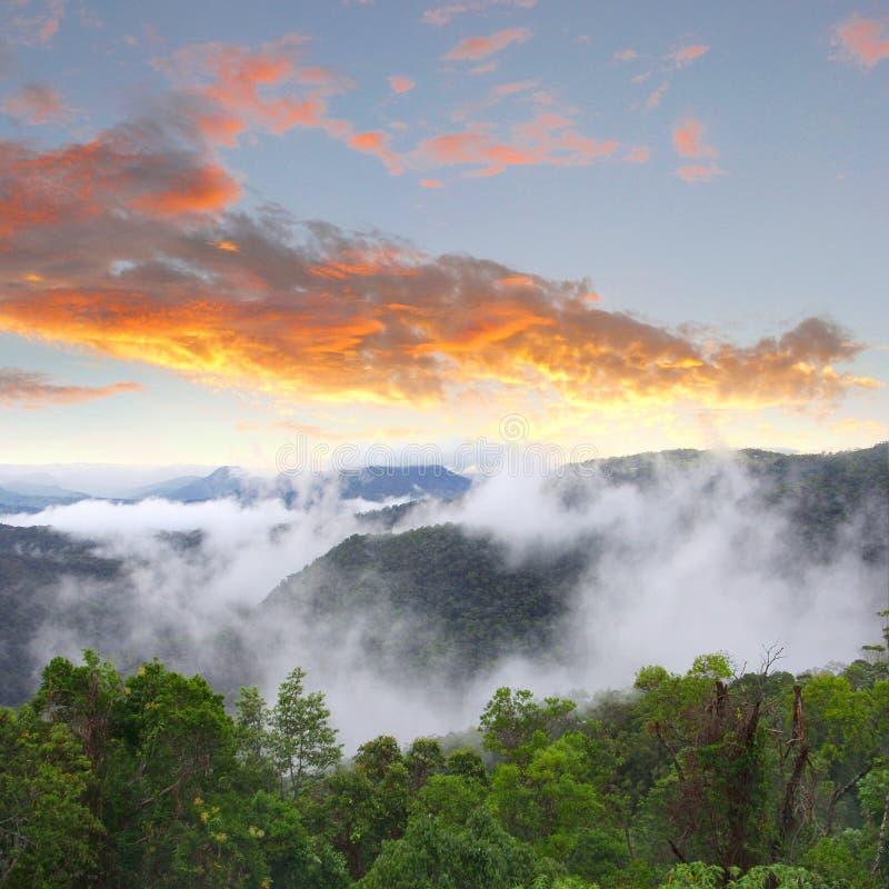 Puesta del sol y nubes en el valle, soporte Tamborine, Australia fotografía de archivo libre de regalías