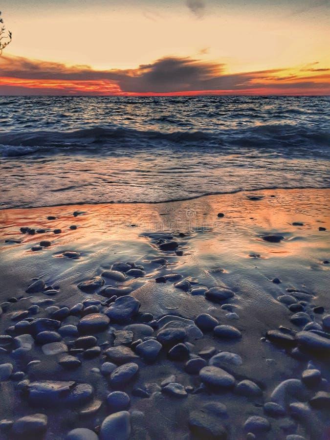 Puesta del sol y ondas del lago Hurón en las granjas del punto fotografía de archivo libre de regalías