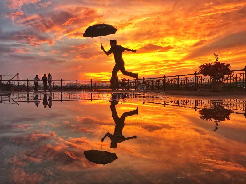 Puesta del sol y reflexión en Kuching Sarawak; 15 de marzo de 2018 imagen de archivo