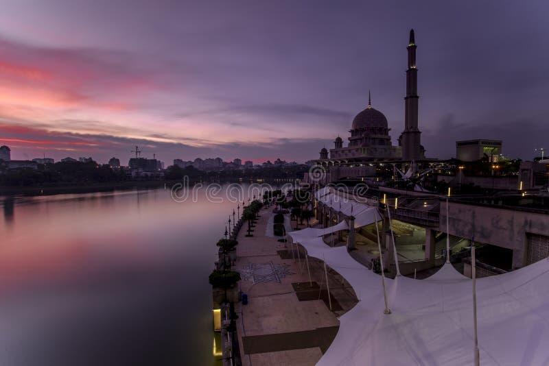 Puesta del sol y reflexión hermosas en Putrajaya fotos de archivo