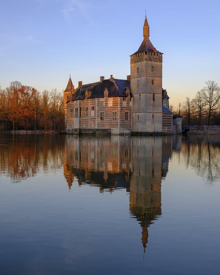 Puesta del sol y reflexiones tranquilas Kasteel van Horst cerca de Holsbeek, Vlaanderen, Bélgica fotos de archivo
