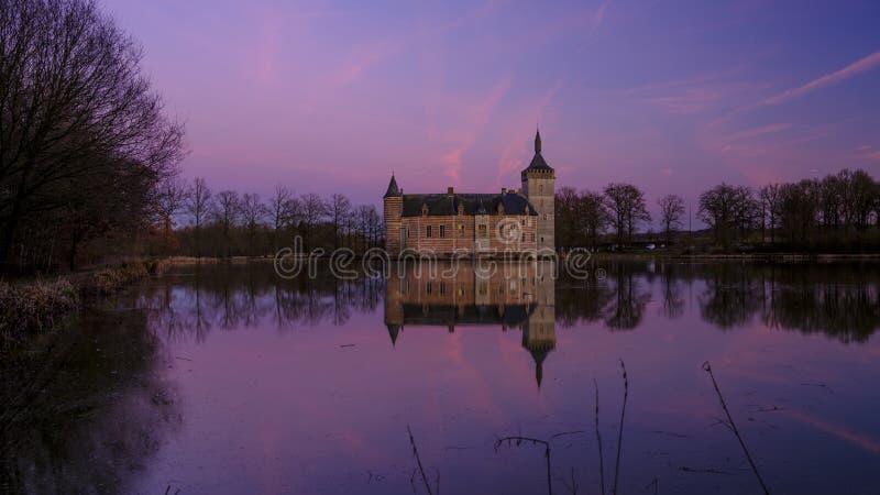 Puesta del sol y reflexiones tranquilas Kasteel van Horst cerca de Holsbeek, Vlaanderen, B?lgica imagen de archivo libre de regalías