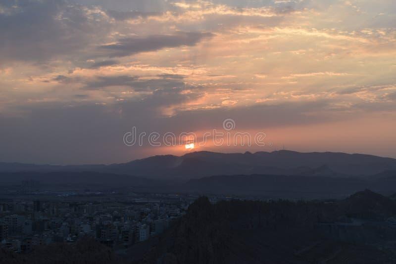 Puesta del sol y salida del sol en una ciudad imagen de archivo libre de regalías