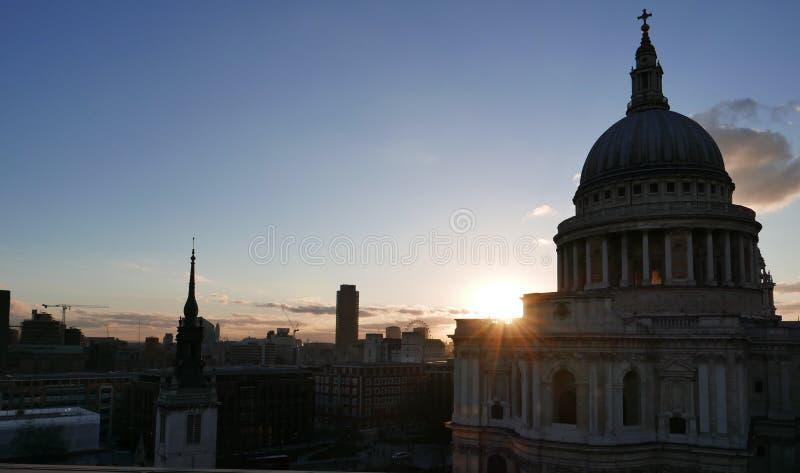 Puesta del sol y San Pablo y x27; catedral de s foto de archivo