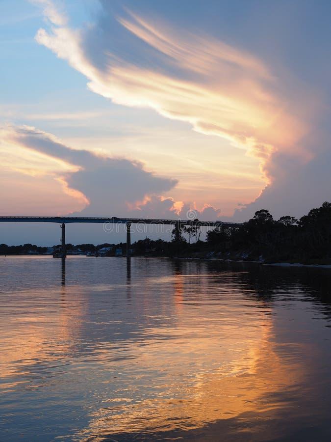 Puesta del sol y silueta del puente en la laguna grande imagen de archivo libre de regalías