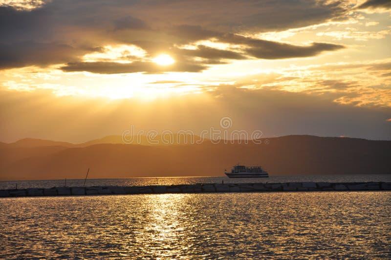 Puesta del sol y travesía en el lago Champlain fotografía de archivo libre de regalías
