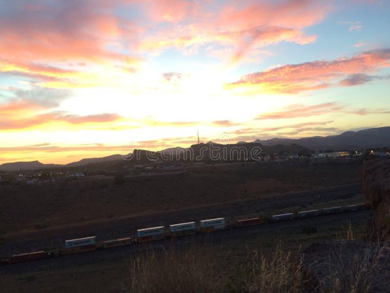 Puesta del sol y tren largo foto de archivo libre de regalías
