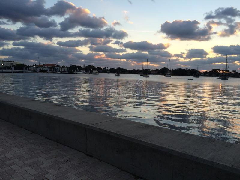 Puestas del sol en el puerto fotografía de archivo libre de regalías