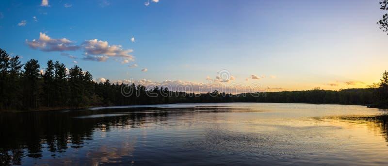 Puestas del sol en un lago en el parque de Intersate imagenes de archivo
