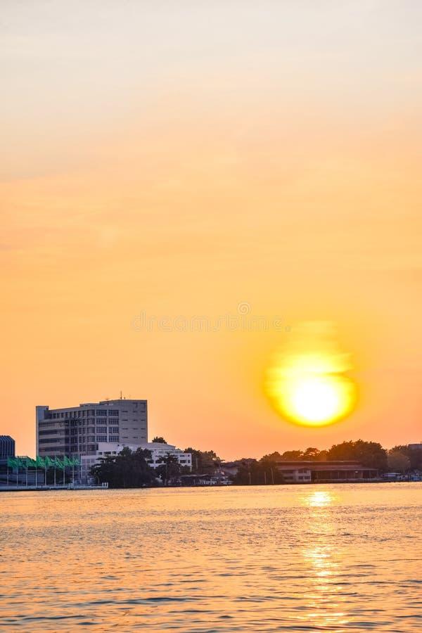 Puestas del sol sobre el río imagen de archivo