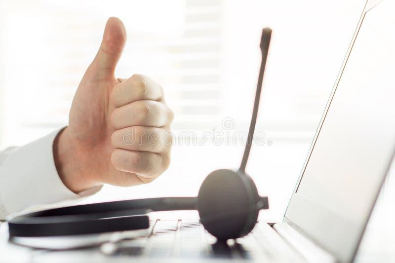 Puesto de informaciones o persona feliz del centro de atención telefónica que muestra los pulgares para arriba imagen de archivo libre de regalías