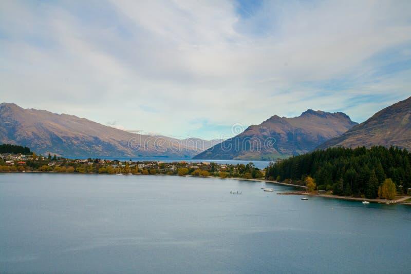 Puesto de observación escénico de la opinión de Queenstown Nueva Zelanda con las casas en el lago Wakatipu fotografía de archivo