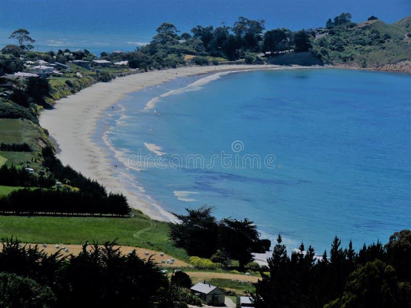 Puesto de observación de Puketeraki de la playa de Karitane imagenes de archivo