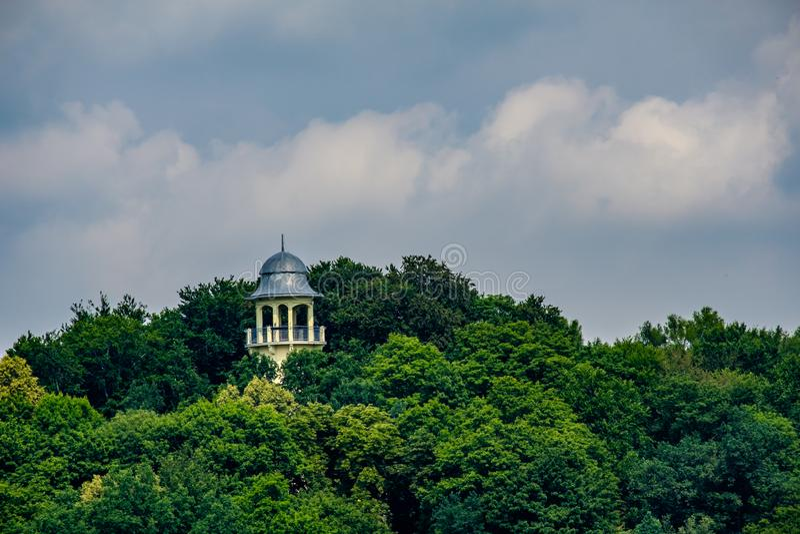 Puesto de observación rodeado por los árboles en Jelenia Gora Poland fotografía de archivo