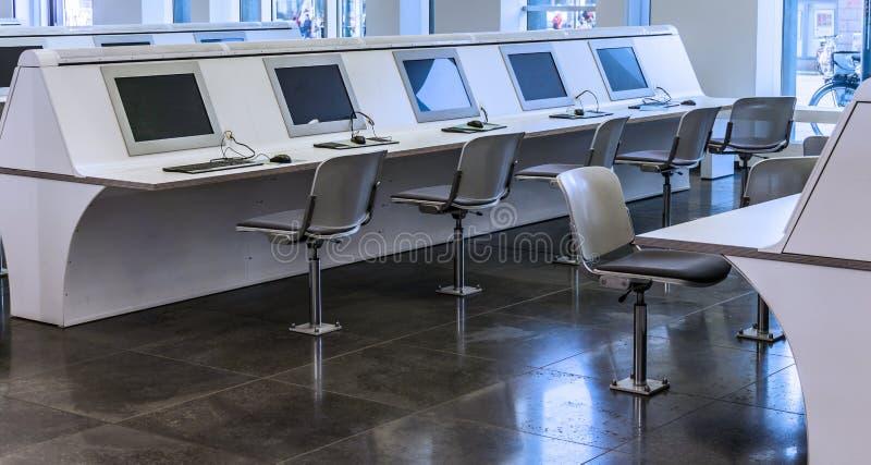 Puestos de trabajo del ordenador para los estudiantes en el edificio principal de a uni fotos de archivo libres de regalías