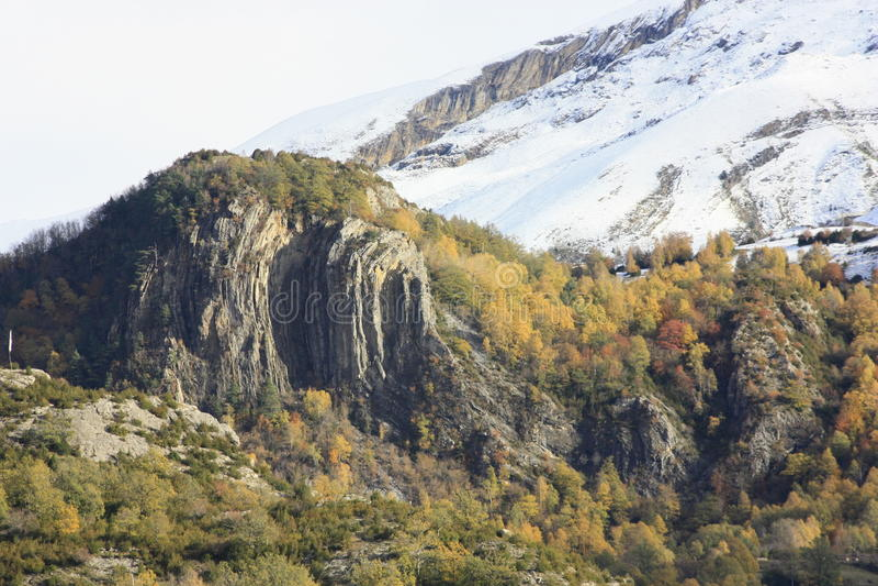Pueyo de Jaca, βουνά στην κοιλάδα Tena, Πυρηναία στοκ εικόνες με δικαίωμα ελεύθερης χρήσης