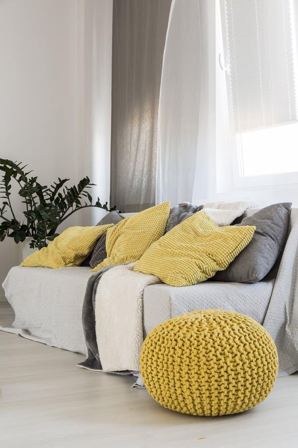 Pufe amarelo moderno como a decoração principal imagens de stock royalty free