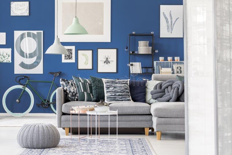 Puff im blauen Wohnzimmer lizenzfreie stockbilder