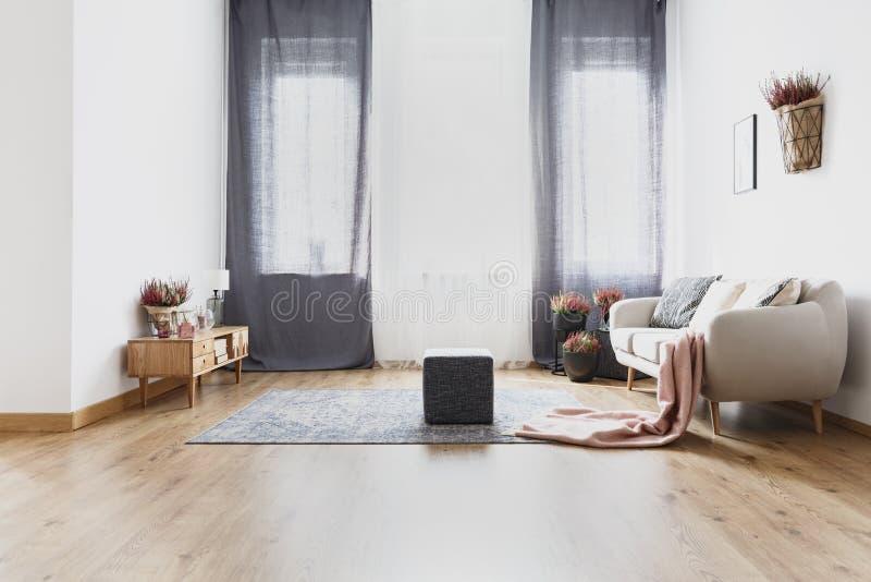 Puff im hellen Wohnzimmer lizenzfreie stockbilder