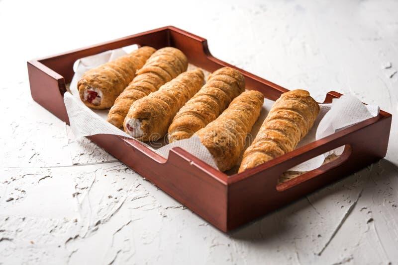 Puffen kräm- Rolls är en indisk bageriprodukt som tjänas som över lynnig bakgrund royaltyfria bilder