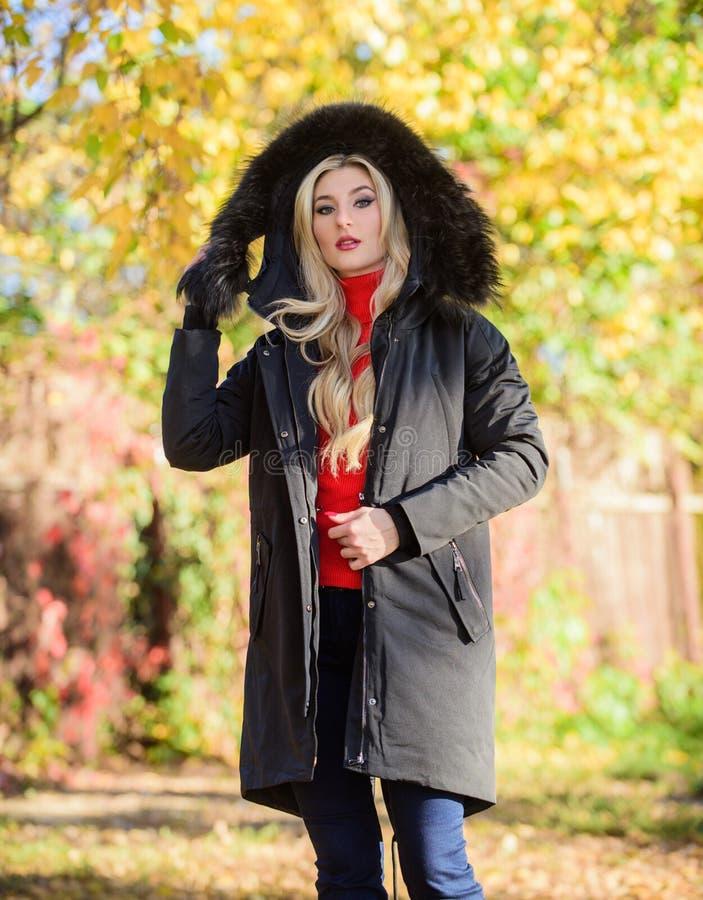 Puffer-Jacke mit Kapuze Frauen tragen schwarze Parka-Pelzhaube Klassischer Parka-Mantel ist zum Kleidersymbol geworden Versatile lizenzfreies stockbild