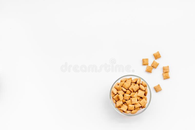 Puffins, δημητριακά καλαμποκιού στα κύπελλα στο άσπρο διάστημα άποψης υποβάθρου τοπ για το κείμενο στοκ εικόνες