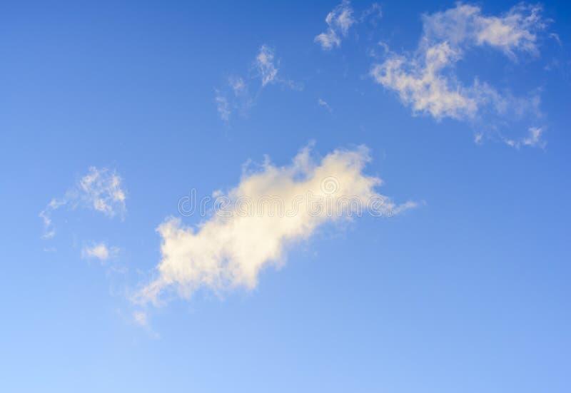 Puffy nuvens contra fundo azul-céu imagem de stock royalty free