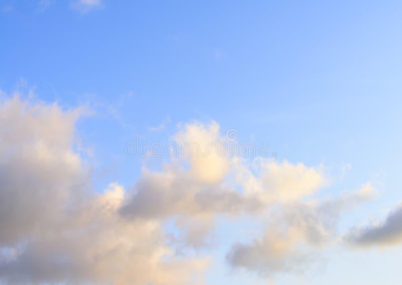 Puffy nuvens contra fundo azul-céu fotografia de stock royalty free