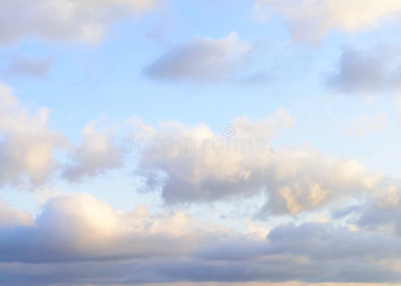 Puffy nuvens contra fundo azul-céu fotos de stock royalty free