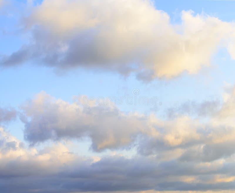 Puffy nuvens contra fundo azul-céu imagens de stock royalty free