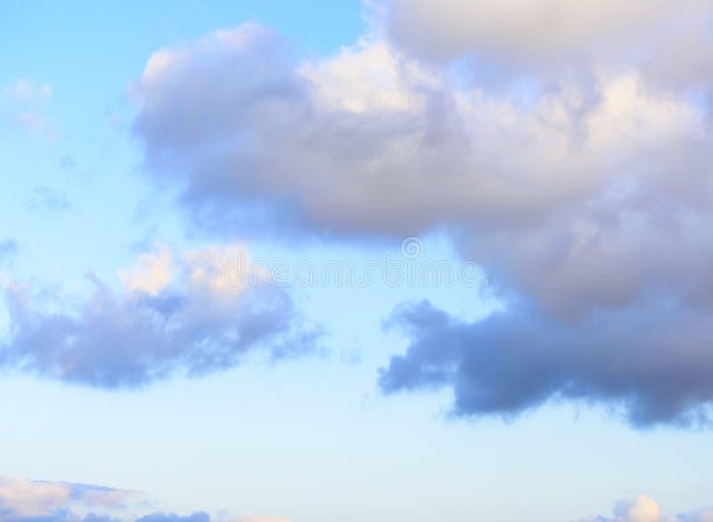 Puffy nuvens contra fundo azul-céu foto de stock