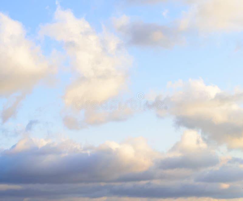 Puffy nuvens contra fundo azul-céu foto de stock royalty free