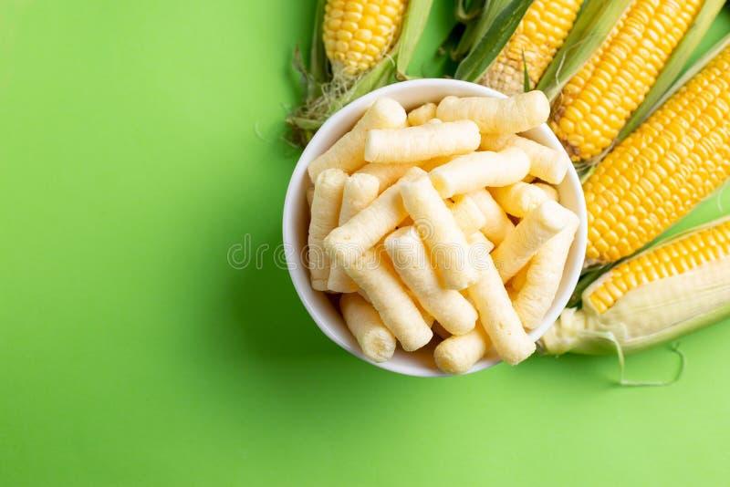 Pufuleti et grains frais de maïs mûr, au-dessus de fond vert photographie stock libre de droits