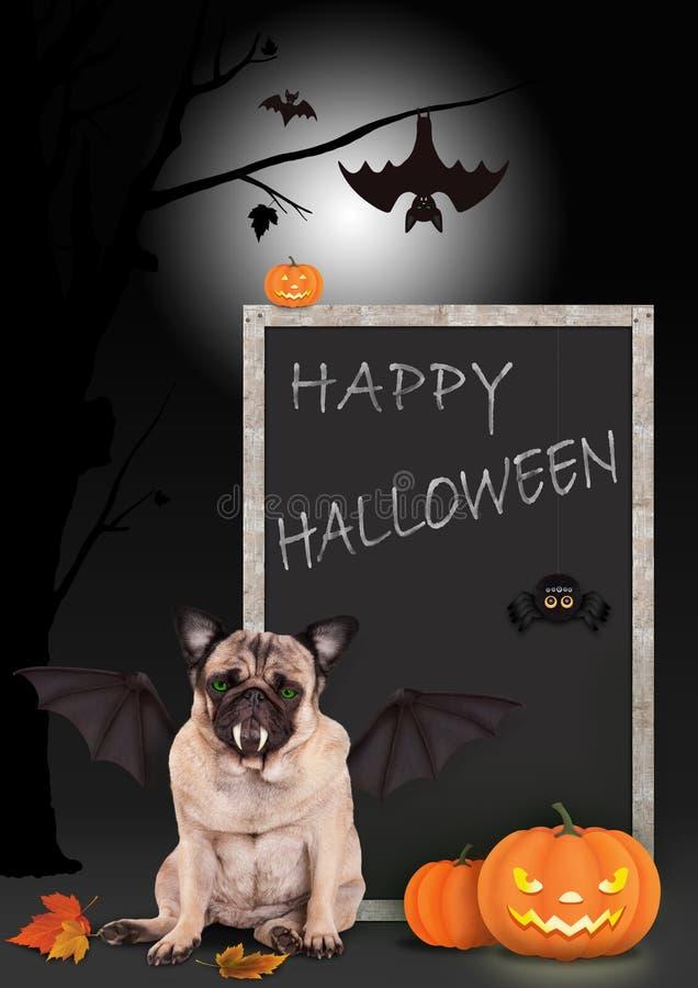 Pug hond omhoog gekleed als knuppel, met pompoenen en bordteken met tekst gelukkig Halloween, royalty-vrije illustratie