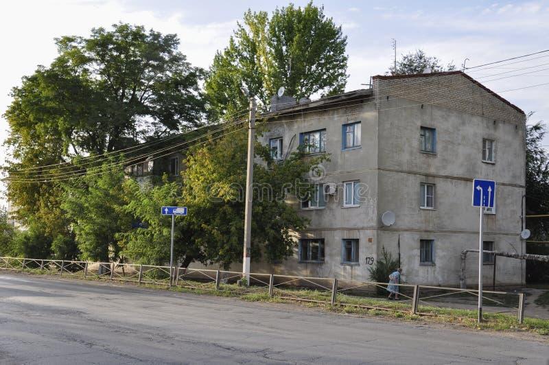 Pugachev Saratov region, mitt av Ryssland Augusti 1, 2017 Gammalt hus och gröna träd på stadgatan royaltyfria bilder