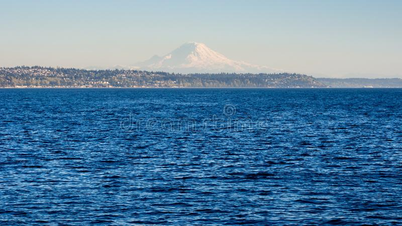 Puget Sound com o Monte Rainier no fundo no por do sol imagem de stock royalty free