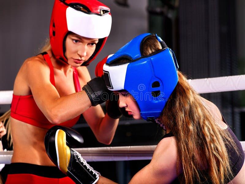 Pugilato d'uso del casco del pugile di due donne fotografia stock