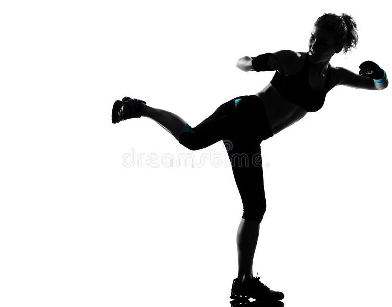 Pugilato del pugile di posizione di kickboxing della donna immagine stock