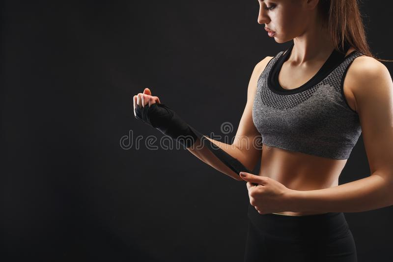 Pugile atletico che avvolge le mani con la fasciatura di pugilato fotografia stock libera da diritti