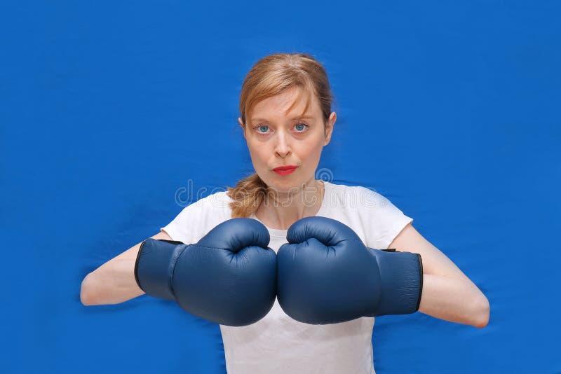 Pugile della ragazza in arena blu immagini stock