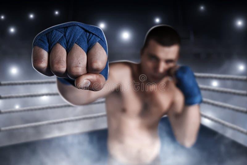 Pugile in involucri blu del polso sull'addestramento immagine stock