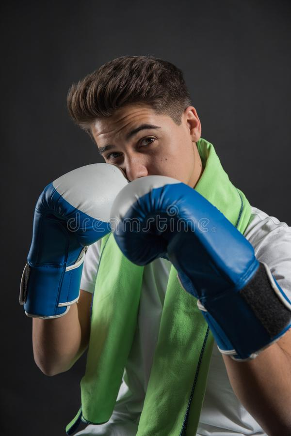 Pugilista adolescente com luvas de encaixotamento foto de stock