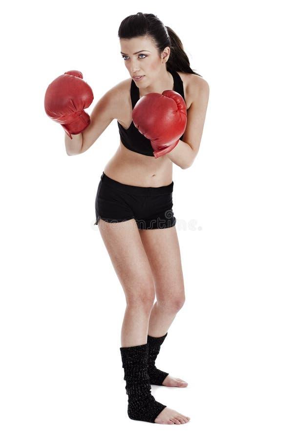 Pugilista da mulher pronto para perfurar o oponente no encaixotamento foto de stock