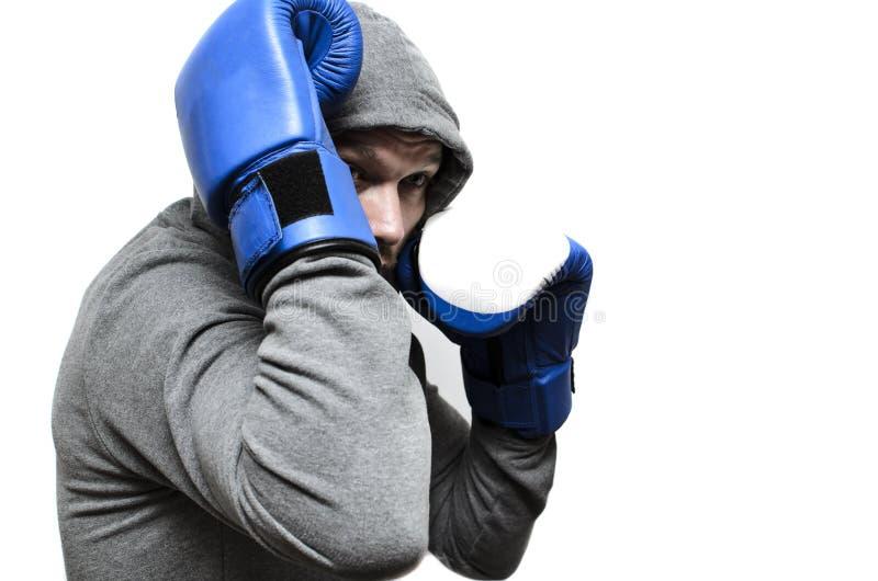 Pugilista em grandes luvas do combate e em um revestimento de esportes foto de stock royalty free